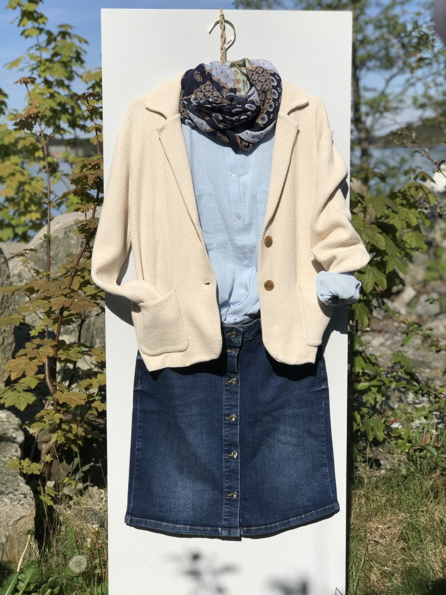 Enkelt dongeriskjørt med lys blå bluse og skjerf og så legger vi til en lys beige jakke