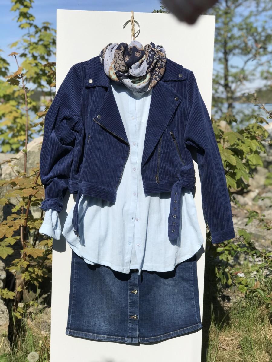 Varierer dongeriskjørtet med en mørk blå jakke
