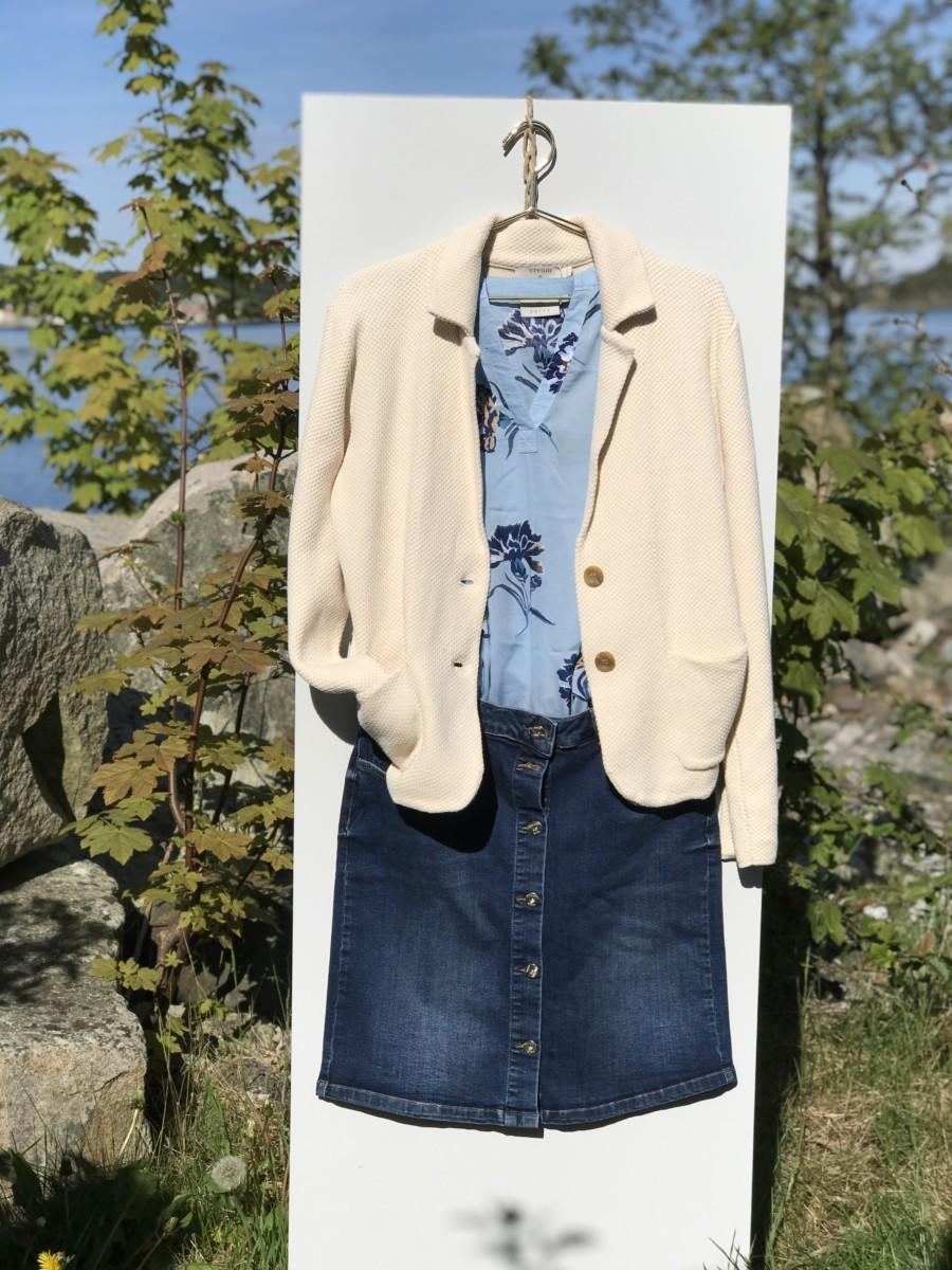 Dongeriskjørt med lys blå mønstret topp og lys beige jakke
