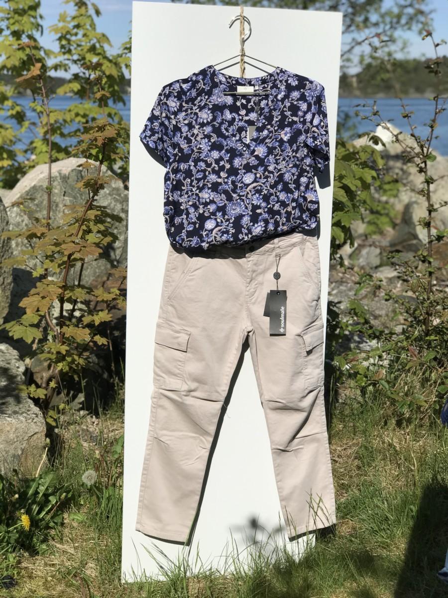Lys sandfarget bukse og mørk blå sommertopp