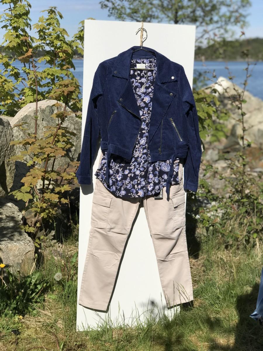 Lys sandfarget bukse med mørk blå sommertopp og mørk blå jakke