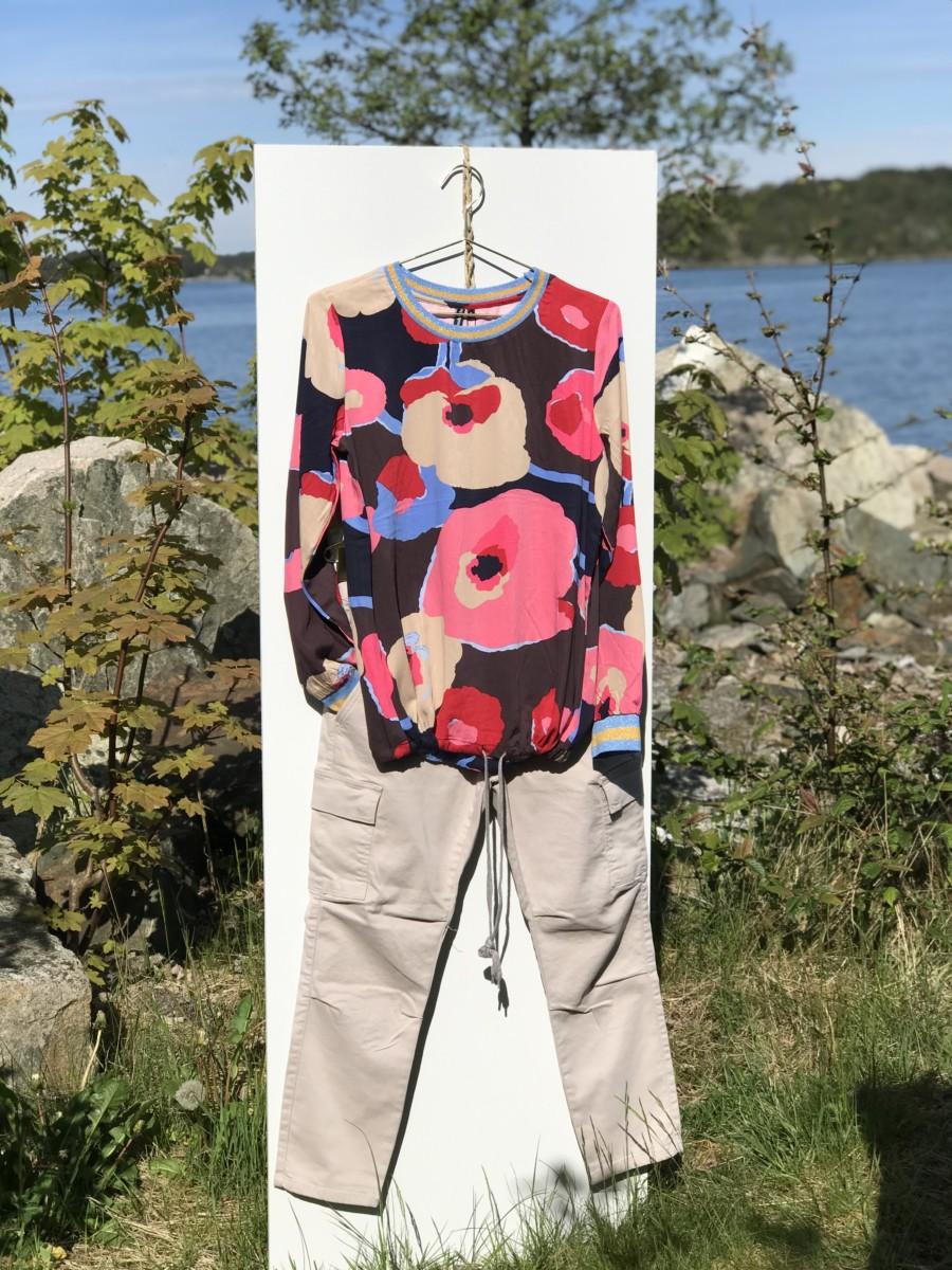 Lys sandfarget bukse med fargesterk blomstret sommertopp