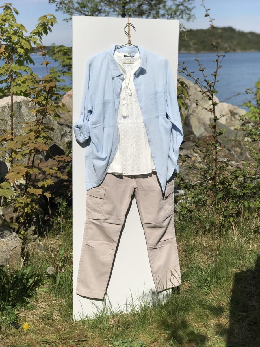 Lys sandfarget bukse med hvit somemrtopp og lys blå bluse brukt som jakke