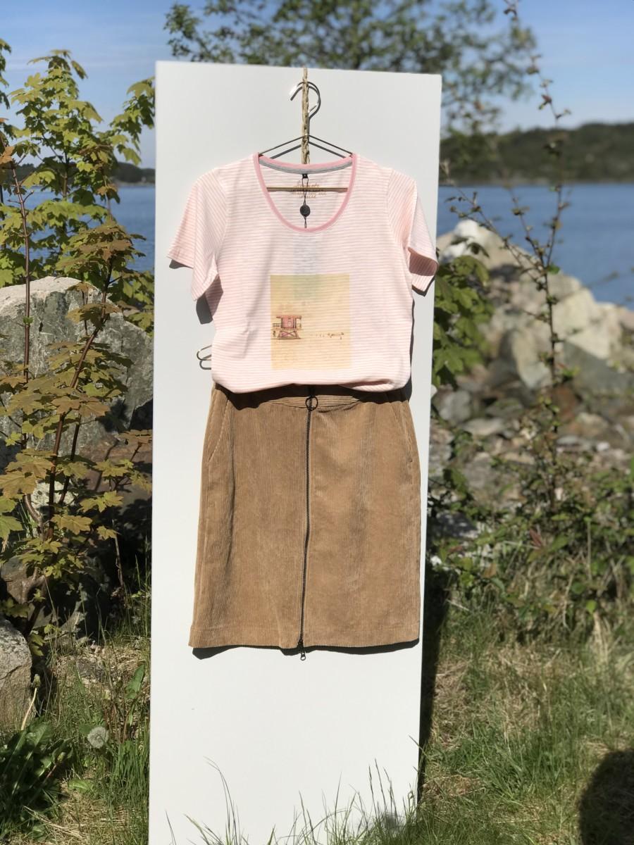 Varm beige skjørt med rosa T-skjorte