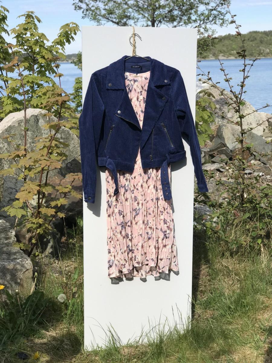 Sommerlett kjole med mørk blå jakke