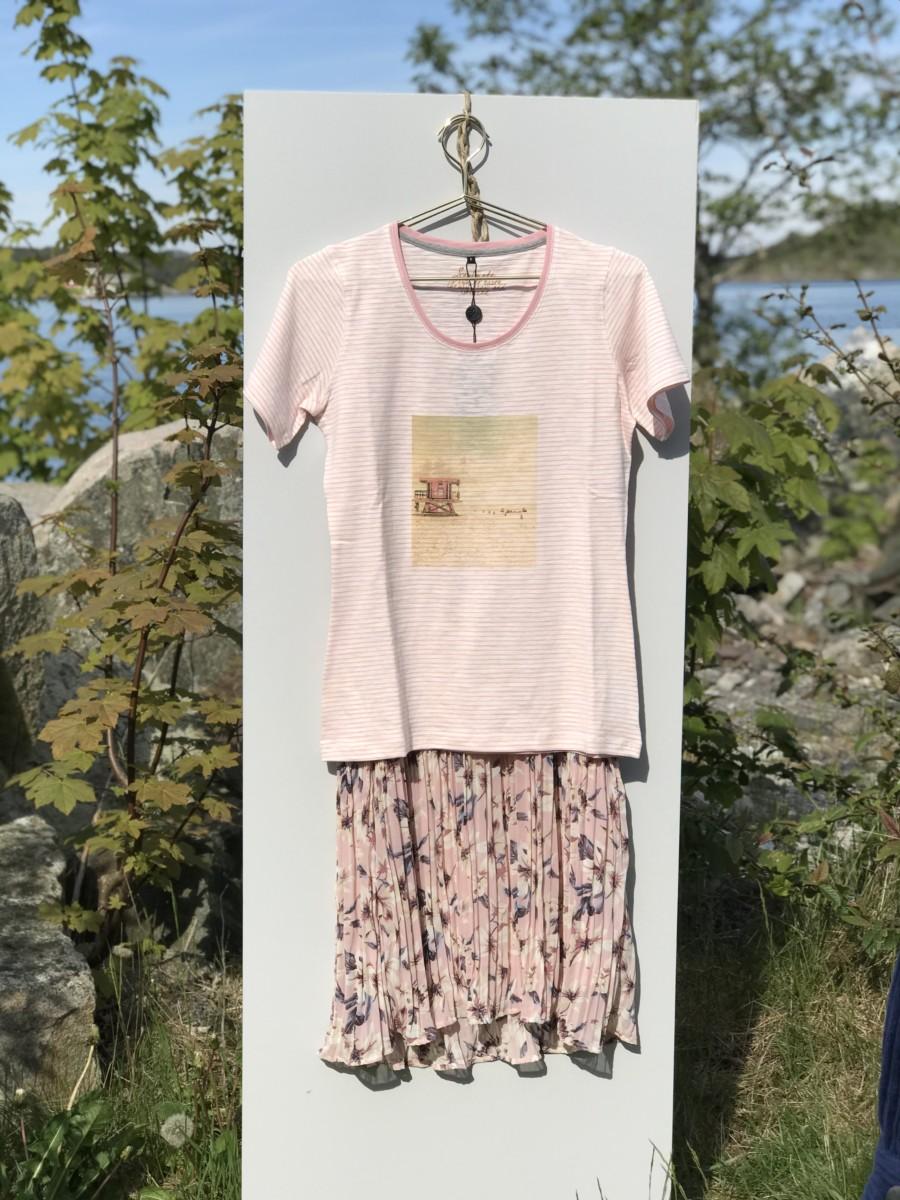 Sommerlett kjole med T-skjorte over