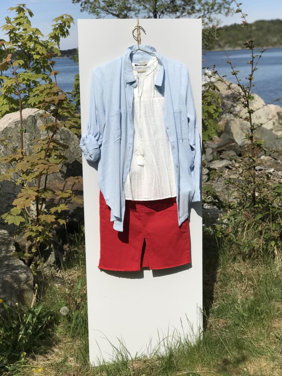 Rødt skjørt med hvit topp og blå bluse brukt som jakke