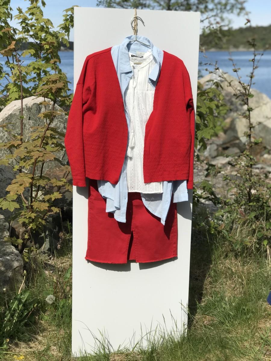 Rødt skjørt med hvit topp og blå bluse brukt som jakke med rød cardigan over